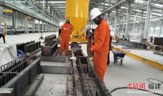 肯尼亚建筑工业化公司本土员工在工作。