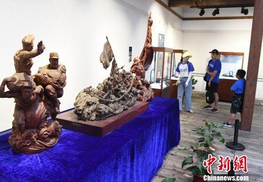 """8月11日,""""青蓝门径·福建青年艺术家雕刻作品展""""正在福州福建省海峡民间艺术馆展出。记者刘可耕 摄"""