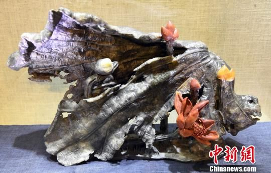 中国工艺美术大师陈礼忠参展寿山石雕作品《红莲》。记者刘可耕 摄