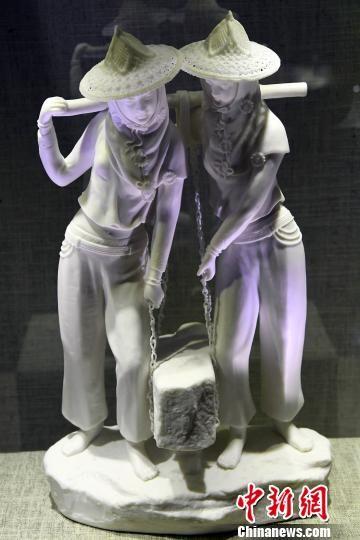 中国工艺美术大师陈明良参展德化白瓷作品《惠女风情》吸睛。记者刘可耕 摄