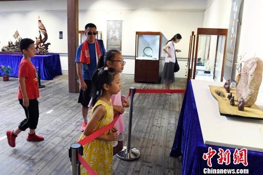 """""""青蓝门径·福建青年艺术家雕刻作品展""""在福州福建省海峡民间艺术馆展出,吸引观众观展。记者刘可耕 摄"""
