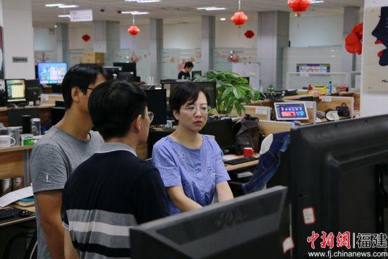 林鎏娟指导团队工作 卢静 摄