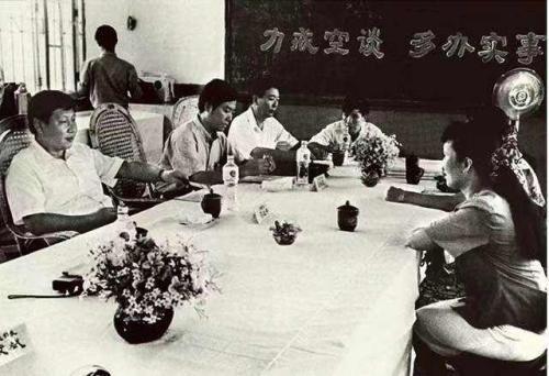 1993年8月,时任福建省福州市委书记的习近平(左一)在福州市、台江区领导联合接待群众日接待群众。新华社发
