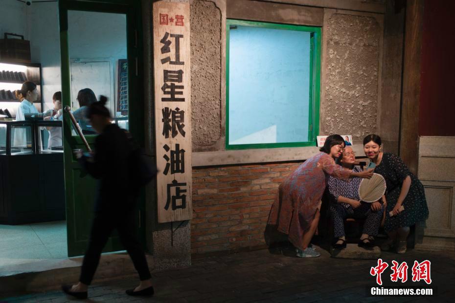 市民在王府井体验老北京市井生活
