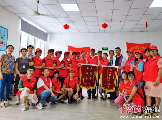 22日上午,《海峡姐妹》杂志社志愿者一行给居住在福海老龄公寓的老人们送上祝福和礼物。