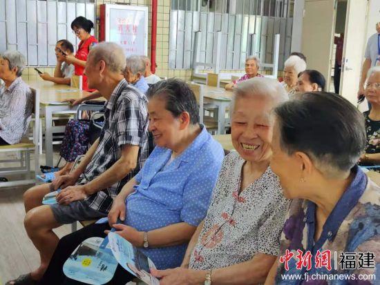 台下,老人们随着音乐鼓掌、欢呼,不时与同伴交流,其乐融融。