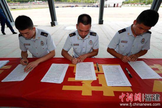 图为消防员们在登记信息。