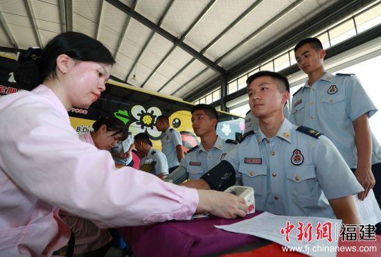 图为消防员们在测量血压。