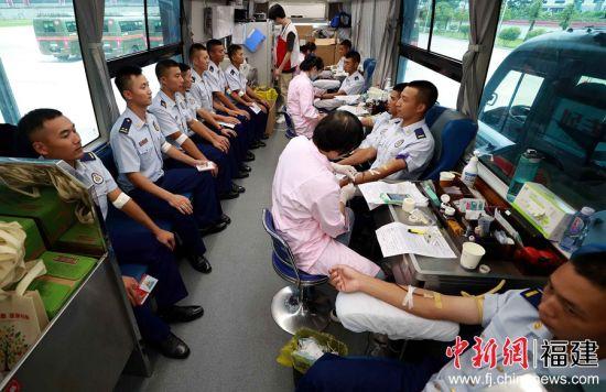图为消防员们正在进行无偿献血。