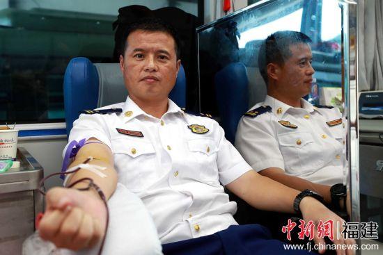 图为消防员正在进行无偿献血。