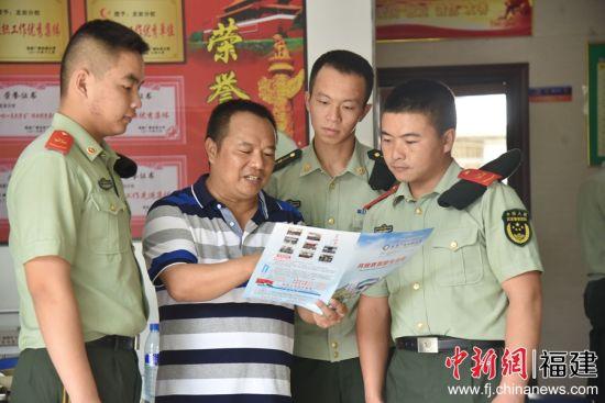 图为电大校长为官兵解读电大招生相关政策与条件。