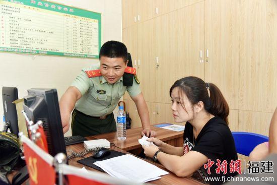 图为官兵与电大招生办工作人员核对信息。