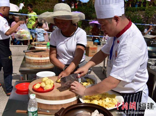 选用当地食材土豆进行比赛。
