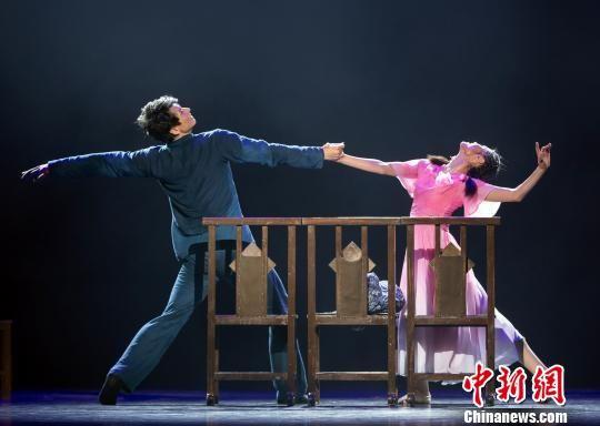 9月2日晚,由福建省歌舞剧院创作出品的大型舞剧《情逝》在福州福建大剧院上演。图为舞剧《情逝》剧照。福建省歌舞剧院供图