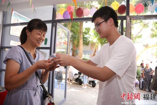 4、入学时,新生向父母敬茶,以表示爱意。福州大学 供图