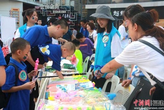 多家学校和企业积极报名参加义卖活动。陈丽霞 摄