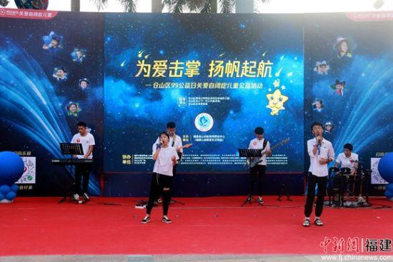 活动现场,社会各界人士进行歌舞表演。陈丽霞 摄