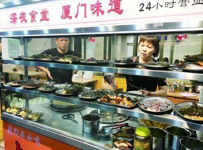 亮堂的店里,货架上放着十余种配菜。