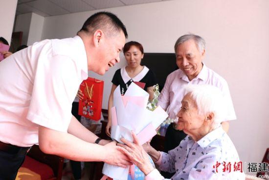 图为林升慰问99岁高龄的老教师,并送上中秋节祝福。林坚 摄.jpg