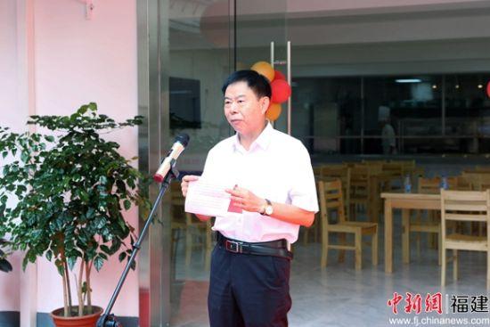 图为陈忠生正在介绍福颐养老院的建设背景、运营主体、经营理念、使命担当等情况。林坚 摄