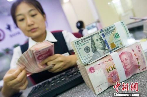 银行工作人员清点货币(资料图)。 中新社记者 张云 摄