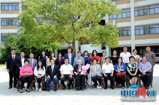 9月9日,九旬闽籍印尼侨领陈大江和亲友团一行参访龙岩学院。 张金川 摄