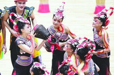在表演项目技巧类比赛中,福建队带来了《竹韵酒香畲山春》,把体育运动的元素融合串编,展现了畲族人民愉快劳动的同时强身健体的场面。