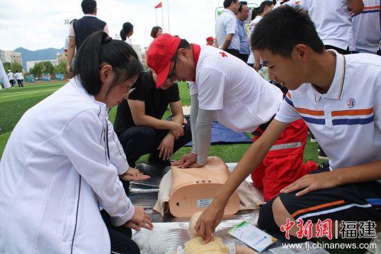 图为学生体验应急救援。