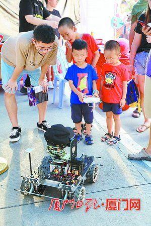 小朋友在现场体验操控机器人。
