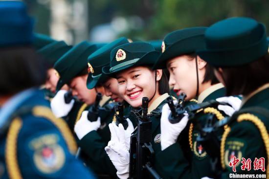 10月1日上午,庆祝中华人民共和国成立70周年大会将在北京天安门广场隆重举行。图为整装待发的受阅女兵。中新社记者 汤彦俊 摄