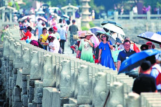 昨日在洛阳桥上,游客从全国各地慕名而来,实地感受古桥魅力。 (陈起拓 摄)