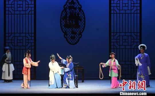 重阳节之夜,闽剧《双蝶扇》在福州福建省闽剧艺术中心剧场上演,为老年戏迷们送去节日祝福。 记者刘可耕 摄
