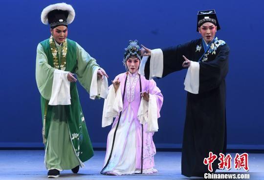 闽剧《双蝶扇》上演重阳节舞台为老年戏迷送上节日祝福。 记者刘可耕 摄
