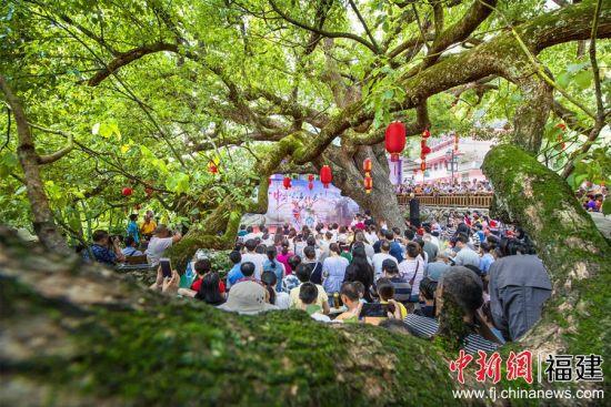 华兴镇仙峰村举办∩音舞诗会。林跃 摄