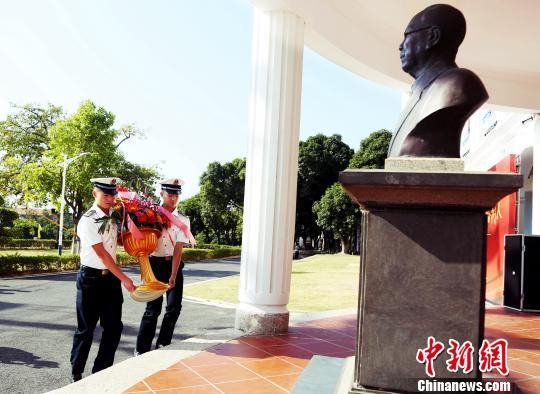 集大师生代表向陈嘉庚先生铜像敬献花篮。供图