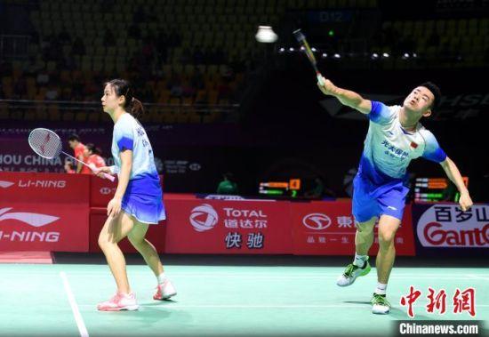 混双头号种子郑思维(右)、黄雅琼在比赛中。 吕明 摄