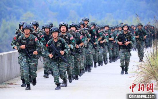 组织特战官兵20公里武装奔袭。 龙涛 摄