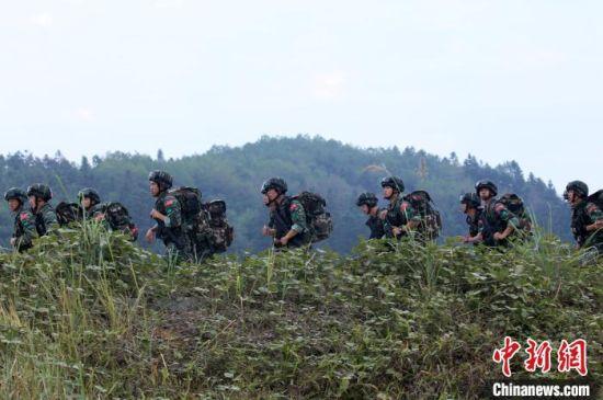 参训特战官兵组织武装奔袭。 胡鑫 摄