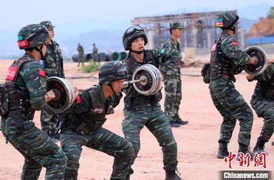 参训特战官兵组织综合体能。 胡鑫 摄