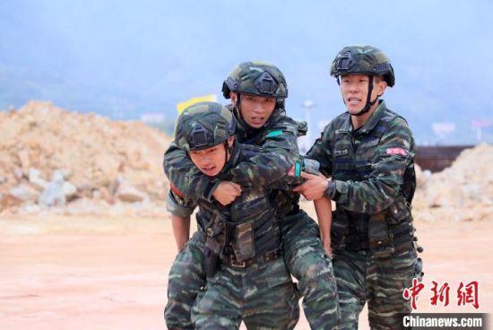 训练中体现浓浓战友情。 王桂生 摄