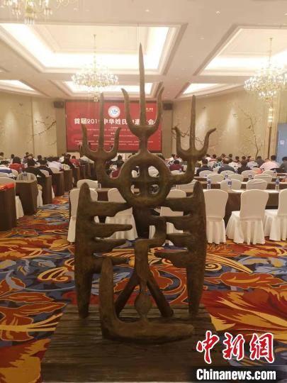 图为艺术家王鹭鹰所创作的《陈姓图腾》,为玻璃钢仿铜材质制作的陈字象形字。 龙敏 摄