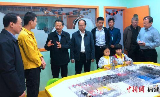 圖為全國人大科教文衛委副主任委員吳恒一行參觀科普活動中心。