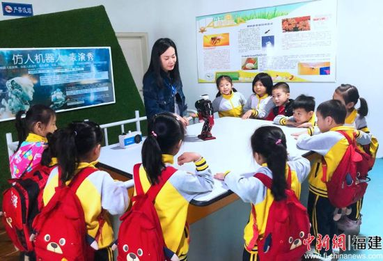 圖為孩子們觀看機器人表演。