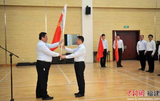 11月22日,福州市不动产登记和交易中心学雷锋便民服务队成立授旗暨工作室启用仪式在福州举行。
