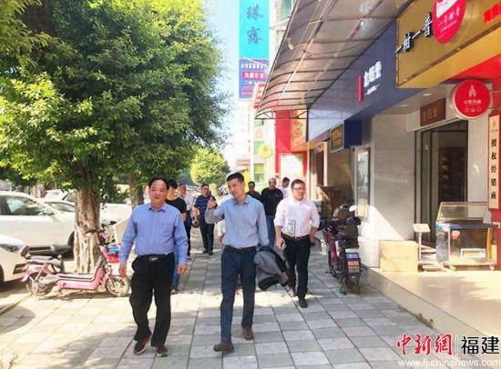 图为寿宁县相关人员调研广州茶叶市场。