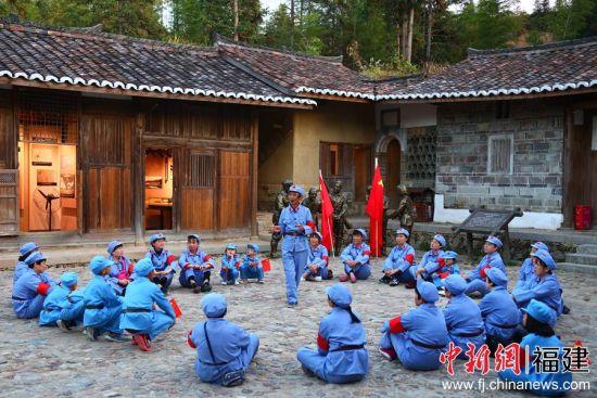身穿红军服的游客们认真地听红军故事
