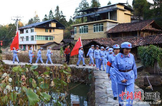 游客们体验重走红军路