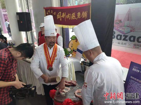 """福州知名美食品牌""""同利肉燕""""现场制作"""