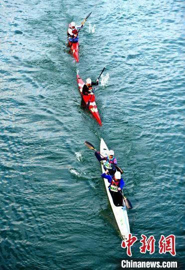 图为参赛选手在皮划艇项目比赛中。 张斌 摄