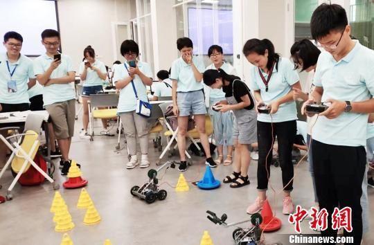 资料图:学生通过自己编写的程序控制机器人。供图
